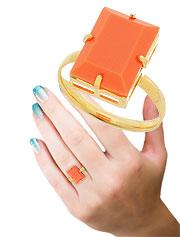 Anel folheado a ouro c/ pedra acrílica quadrada em chatão de galeria e aro anatômico - Clique para maiores detalhes
