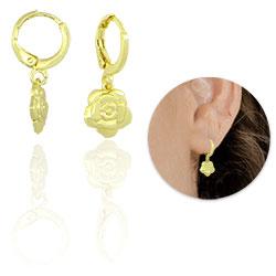 Brinco argolinha folheado a ouro com adereço em forma de flor - Clique para maiores detalhes