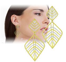 Brinco folheado a ouro c/ adereços de chapa vazada em forma de folhas e apliques de prata - Clique para maiores detalhes