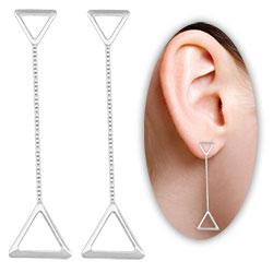 Brinco folheado a prata c/ adornos em forma de triângulo e correntinha - Clique para maiores detalhes