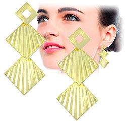 Brinco folheado a ouro c/ adereços quadrados c/ detalhes ondulados - Clique para maiores detalhes