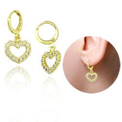 Brinco argolinha folheado a ouro com coração contendo zircônias - Clique para maiores detalhes